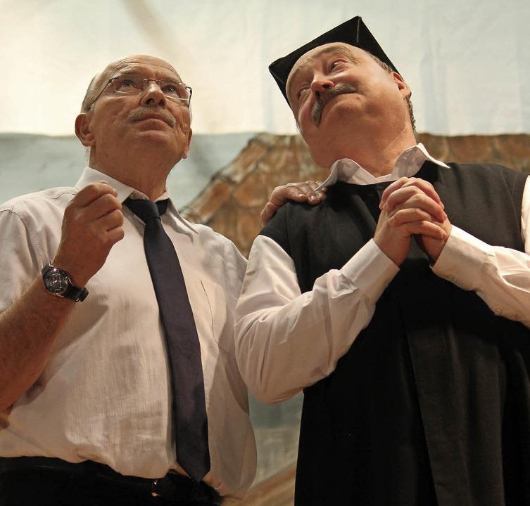 Vielleicht hilf Beten? Pfarrer und Schulte im Clinch.    Foto: Stahlhacke