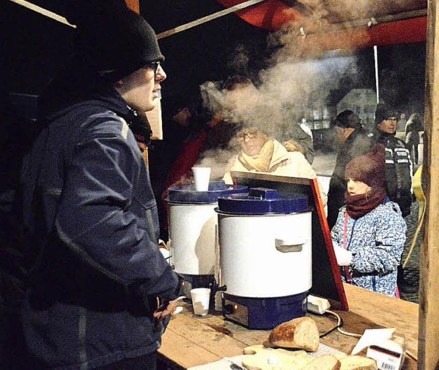 Beim Inseli wurden die Feiernden mit Grillwurst, Klöpfer und Glühwein versorgt.    Foto: Horatio Gollin