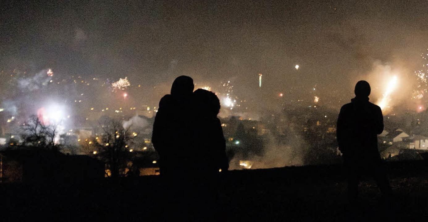 Viele Bürgerinnen und Bürger sahen sic...r Nacht das Feuerwerk über Lörrach an.  | Foto: Ansgar Taschinski