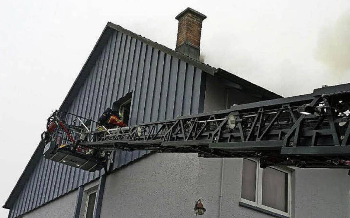Mit der Drehleiter unterstütze   die L... beim Löscheinsatz im Ortsteil Buch.    | Foto: Feuerwehr Laufenburg
