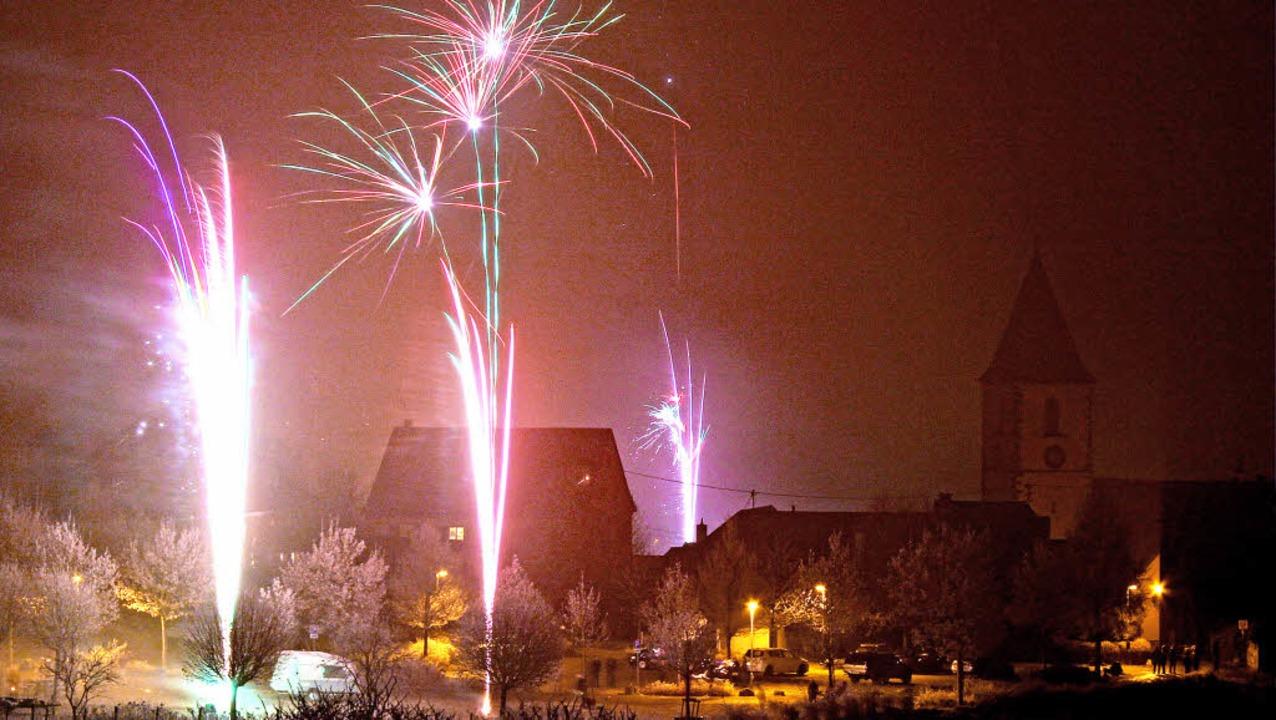 Mit Böllern und Raketen wurde das neue...hmälerte allerdings die Farbenpracht.   | Foto: Herbert trogus