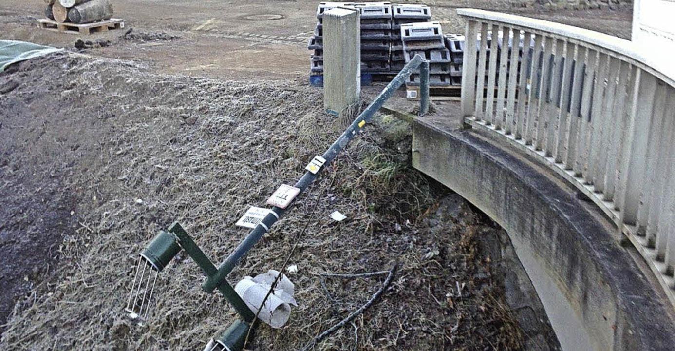 Einfach umgeknickt: Unbekannte zerstör... an der Irmabrücke in Donaueschingen.     Foto: Stadtverwaltung