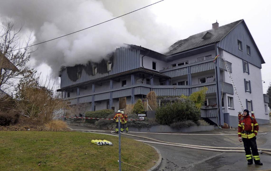 Am Neujahrsmorgen wurde  dieses Wohnhaus  in Buch von einem Feuer vernichtet.     Foto: Doris Dehmel