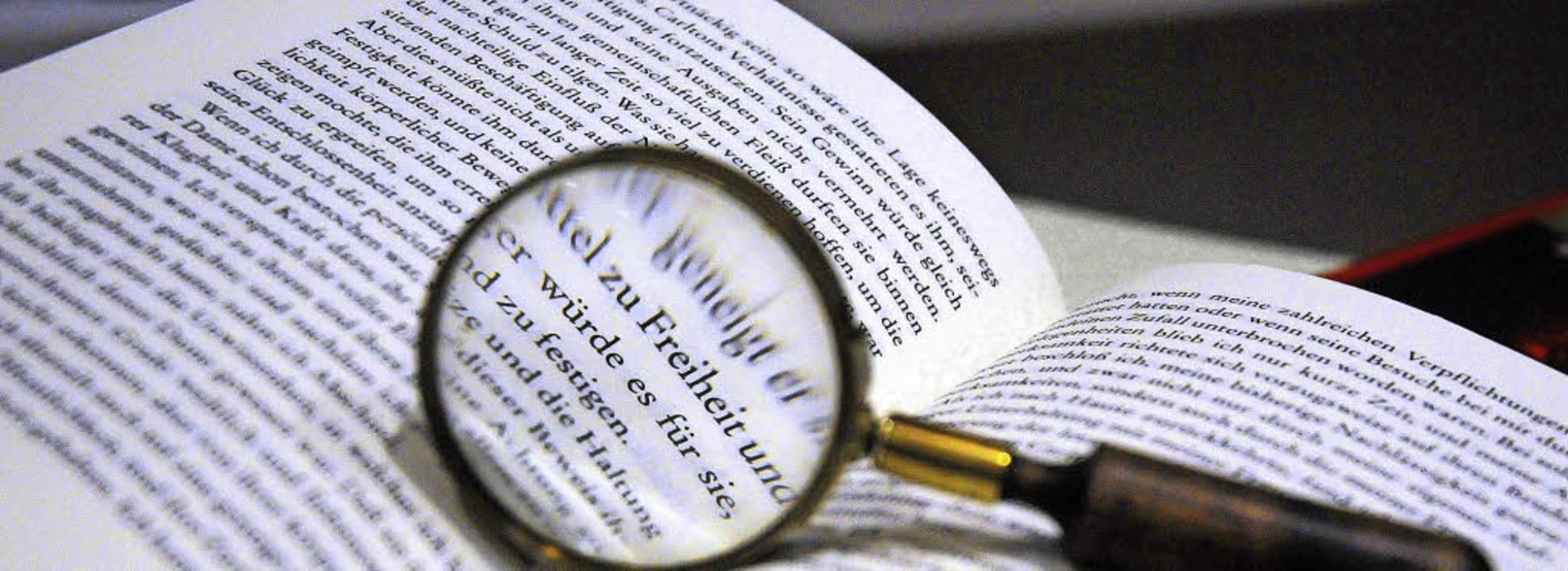 Die hohe Kunst der Literatur: Bisweile...nn da die Lupe beim Durchblick helfen.    Foto: dpa