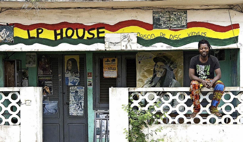 "Chakirou Dedjinou vor seinem ""LP House""  in Porto Novo  | Foto: Hartmann"