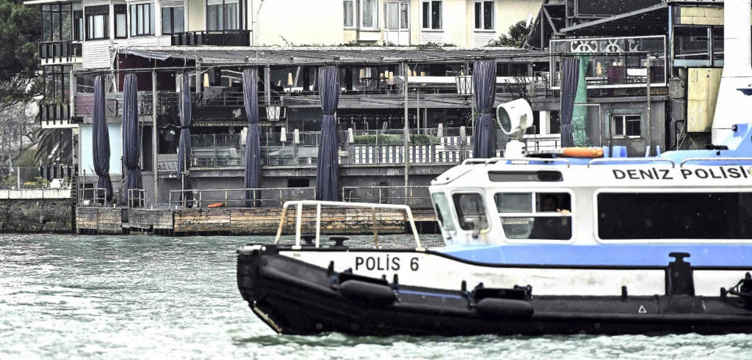 Ein türkisches Polizeiboot vor dem Nac...n Istanbul am Morgen nach dem Anschlag  | Foto: AFP