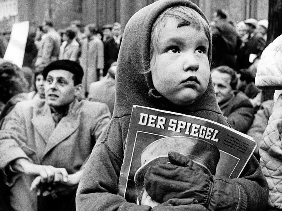 Gegen die Verhaftung von Spiegel-Redak...onstrantin, die ein Spiegel-Heft hält.  | Foto: dpa