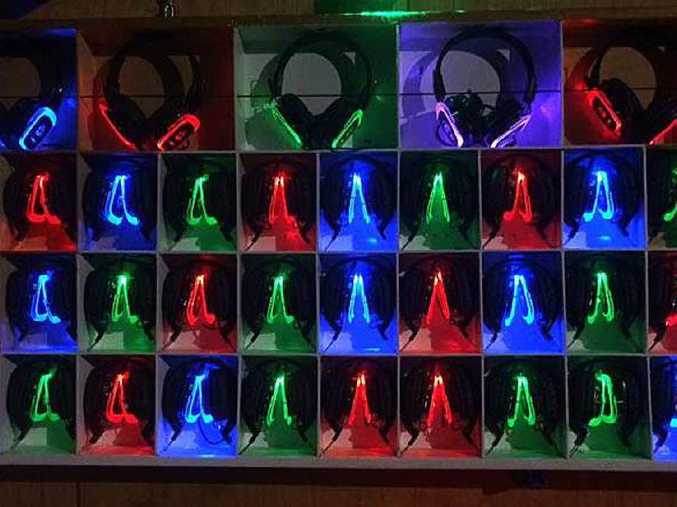 Leuchtende Kopfhörer zum Ausleihen  | Foto: Frauke Wolter