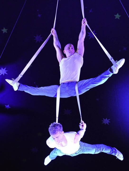 Das Duo Paschenko zeigt beim Weihnacht... den Strapaten in schwindelnder Höhe.   | Foto: Barbara Ruda