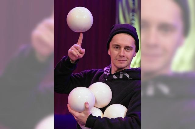 Dmitry Chernov jongliert im Circolo mit Gymnastikbällen
