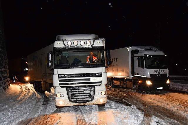 Schneefall bringt Verkehr im Höllental zum Erliegen