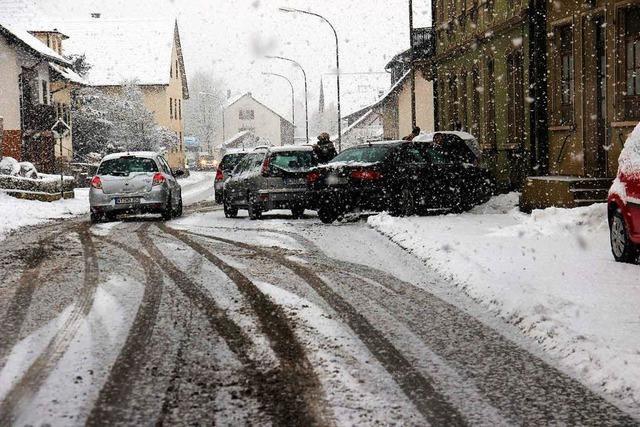 Heftiger Schneefall sorgt für Unfälle
