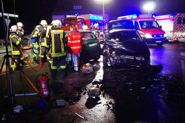 Drei Schwerverletzte bei Frontalaufprall wegen Eisglätte