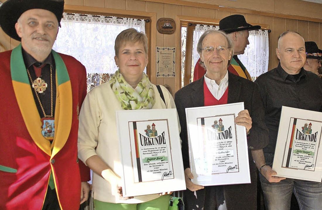 Für 22-jährige passive Mitgliedschaft ... mit Urkunde und silberner Ehrennadel.  | Foto: Hildegard Siebold