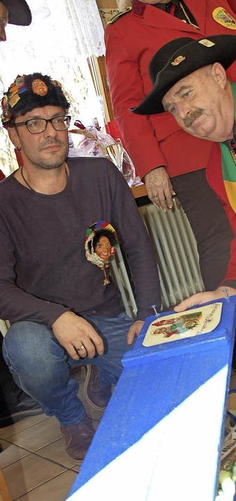 Hilfsuntensilien für die Fasnacht über...er Adrian Schmidle auf (Foto rechts).   | Foto: Hildegard Siebold