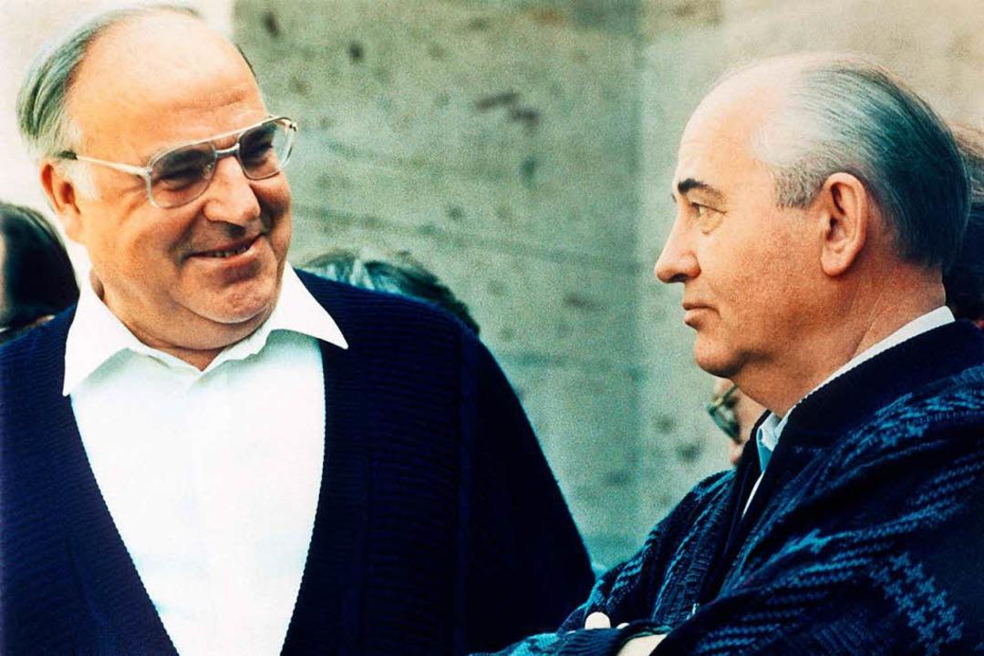 Maschen statt Mauern im Jahr 1990: Hel...e und Michail Gorbatschow mit Pullover  | Foto: dpa