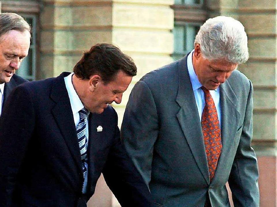 Gerhard Schröder zeigt Bill Clinton, wo er denn bitte stehen soll fürs Foto.  | Foto: Tim Brakemeier
