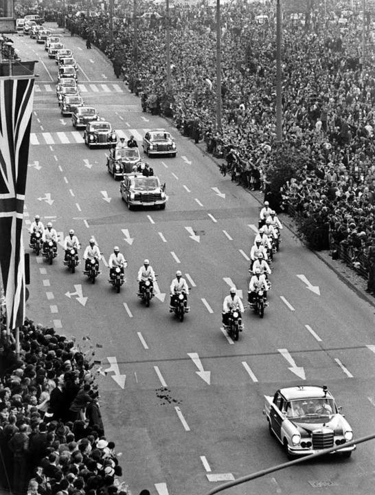 Die Queen im Jahr 1965 in Stuttgart, 15 Motorräder sind Pflicht.  | Foto: Manfred Rehm