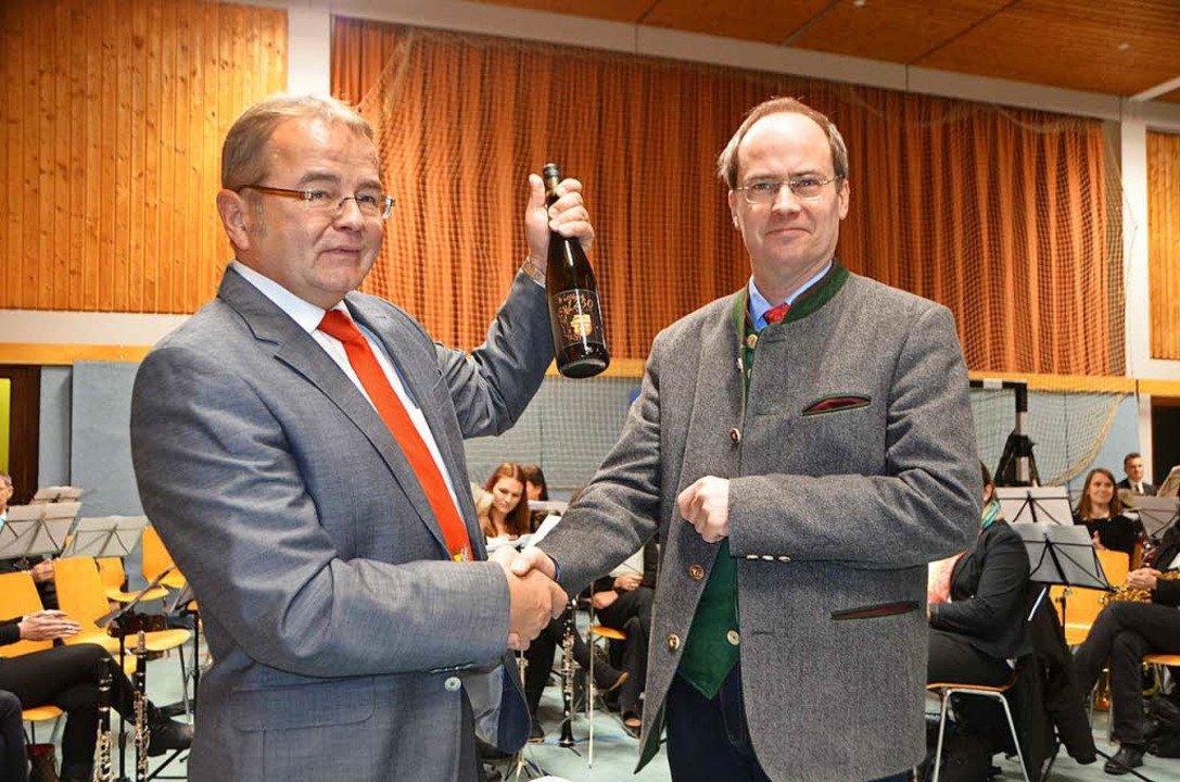 Die erste Flasche des Jubiläumsweines ...n an Bürgermeister Christian  Renkert.  | Foto: Markus Maier