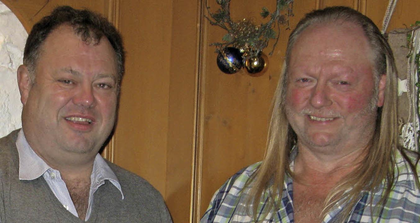 Rudolf Schmidt ehrte Baggerführer Erhard Kiefer für 30 Jahre Mitarbeit.   | Foto: Ulrike Spiegelhalter