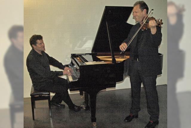 Zwei Musiker schlagen Brücken