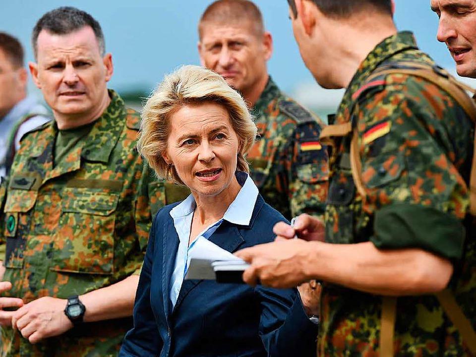 Verteidigungsministerin Ursula von der...einem  attraktiven Arbeitgeber machen.  | Foto: dpa