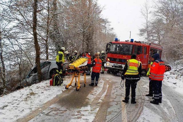 Schwerer Unfall: Zu schnell bei Schnee unterwegs