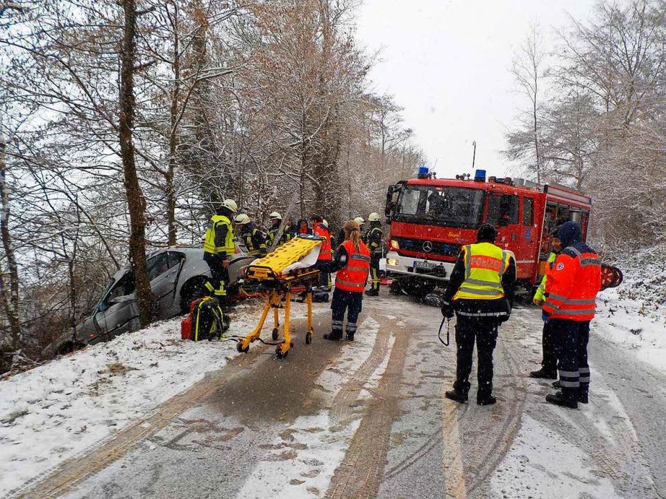 Schwer verletzt wurde eine Fahrerin be...  Unfall zwischen Holzen und Egringen.    Foto: Feuerwehr Kandern
