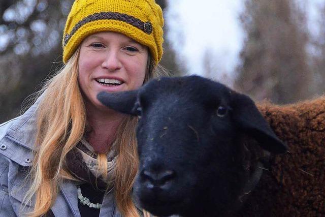 Frau bietet in Denzlingen Spaziergänge mit Schafen an