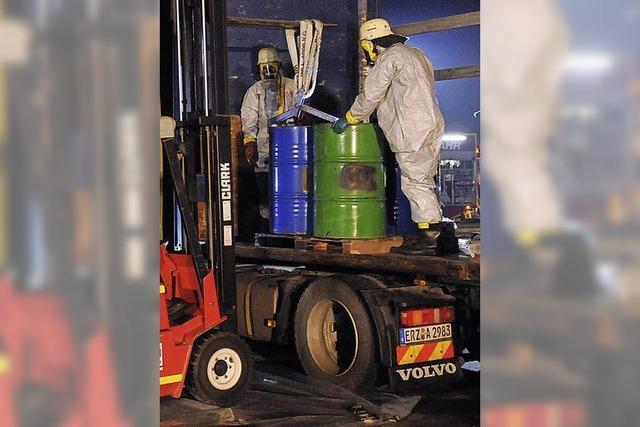 Feuerwehreinsatz auf der A5: Undichte Fässer mit Lösungsmitteln auf der Rastanlage Mahlberg-Ost