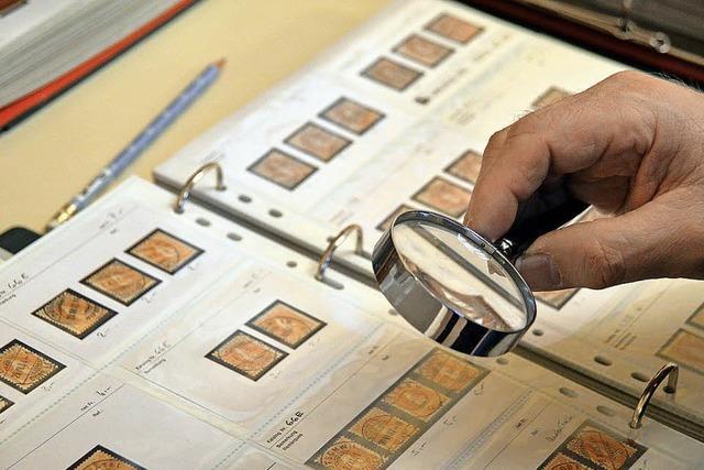 Sammler suchen beim Briefmarkentreffen in Rheinfelden Raritäten