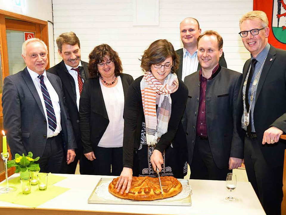 Beim Anschneiden der Neujahrsbrezel (v...Gewerbeverein und  Christian Riesterer  | Foto: Manfred Frietsch