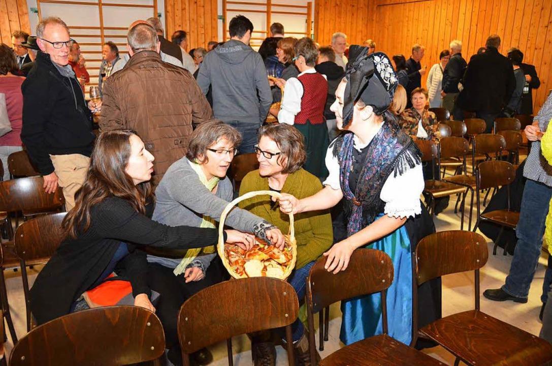 Die Mitglieder der Trachtengruppe sorgten für Speis und Trank.  | Foto: Manfred Frietsch