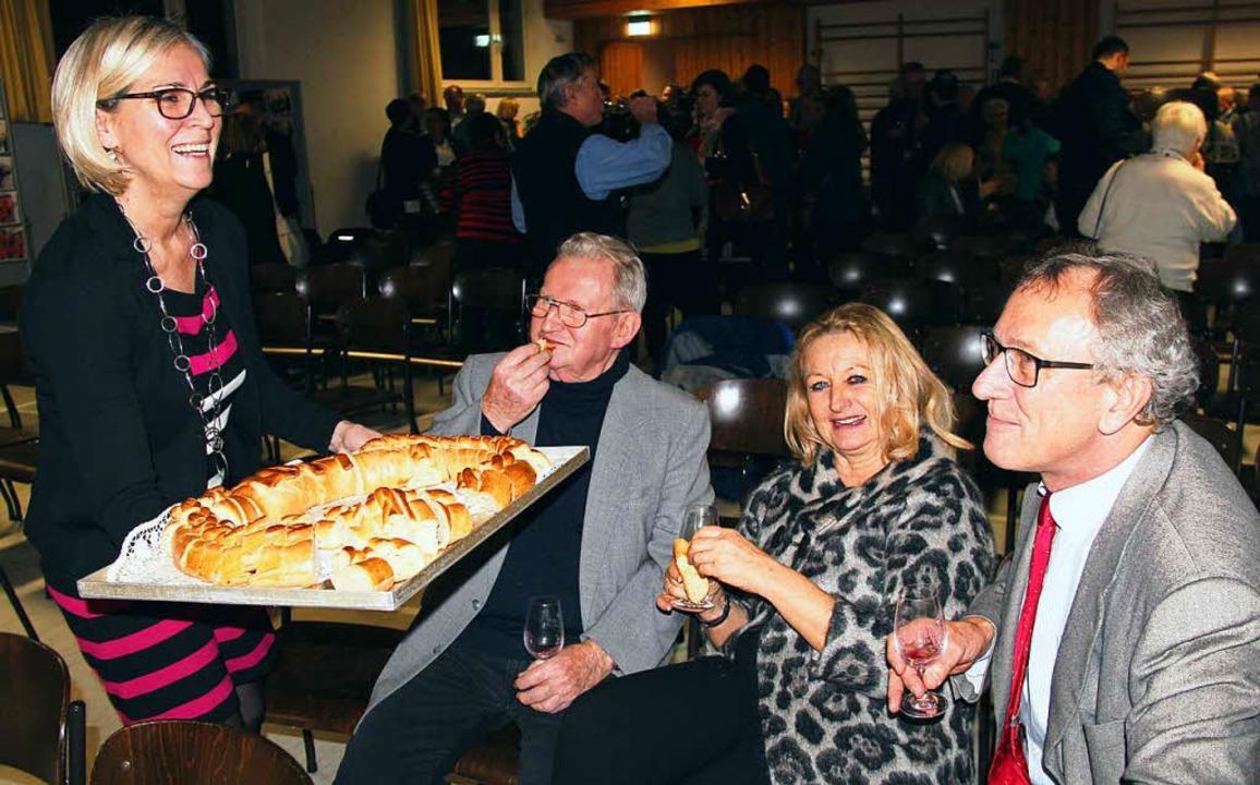 Karin Bruder vom Rathausteam lud zum Verkosten der Neujahrsbrezel ein.  | Foto: Horst David