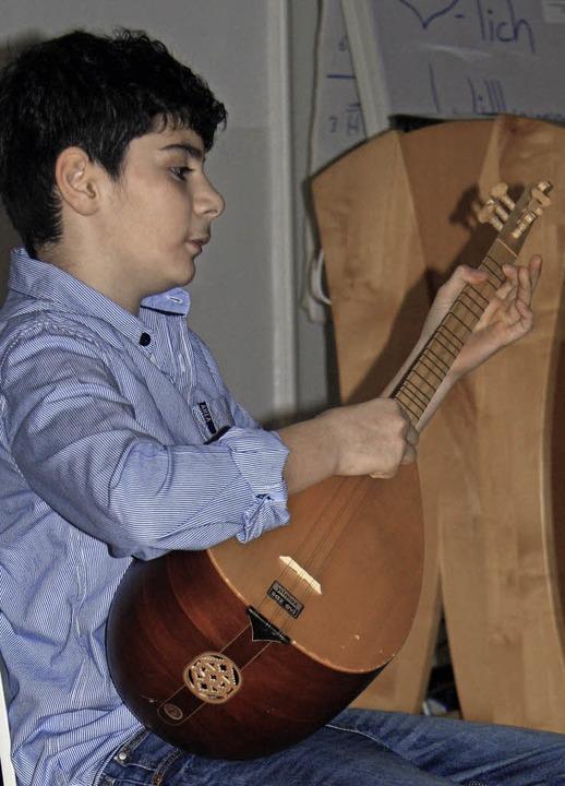 Abdulhalim Zerey umrahmte den Empfang auf der Saz.    Foto: Yvonne Siemann