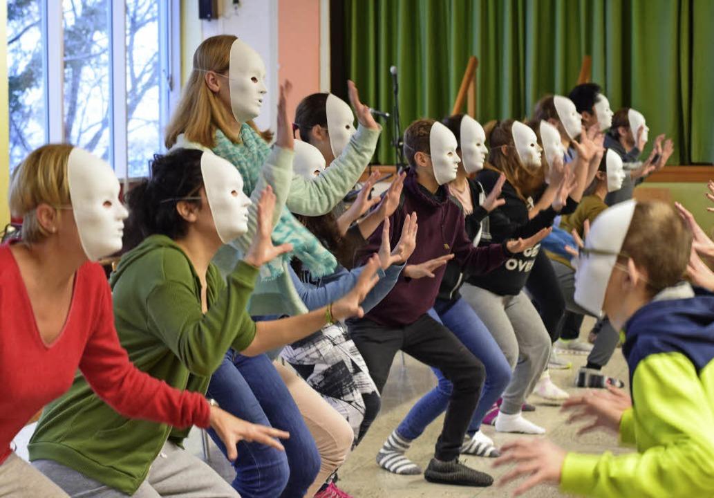 Dramatische Übungen der Trainingslager-Teilnehmer des LMG   | Foto: Musical-Company