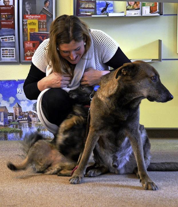 Tierliebhaberin Stefanie Witz mit Lennox (rechts) und Lia   | Foto: S.Müller