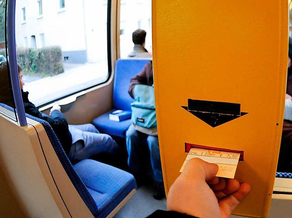 Abstempeln war gestern: Ein elektronis...t soll Fahrkarten aus Papier ersetzen.  | Foto: DPA