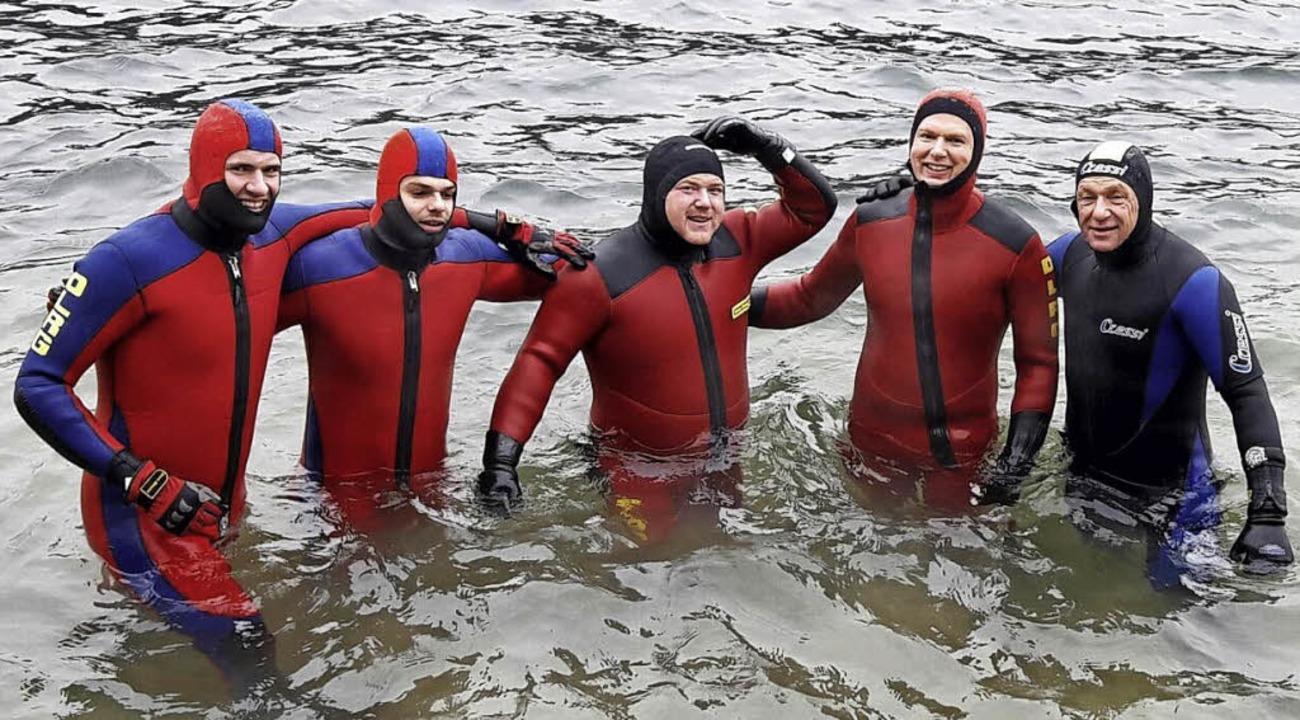 <BZ-FotoAnlauf>Neujahrsschwimmen DLRG:...ar nur mit Kälteschutzanzügen möglich.  | Foto: DLRG