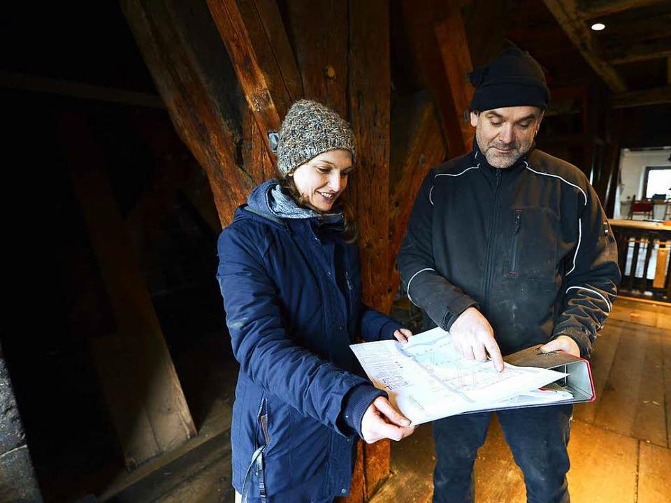 Bauleiterin Linda Gründler und Restaur...rüfen  Pläne für das komplexe Projekt.  | Foto: Ingo Schneider