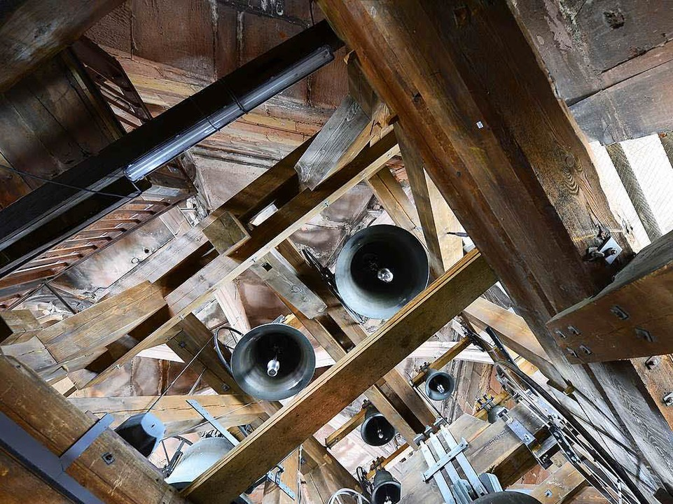 Das 24 Tonnen schwere Gesamtkunstwerk ...cken  hängt am hölzernen Glockenstuhl.  | Foto: Ingo Schneider