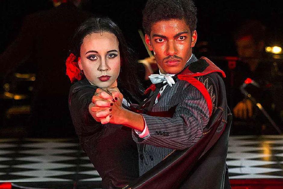 Zwei der Hauptdarsteller: Julia-Marlen Häfner und Yalany Marschner Die beiden spielen das Addams-Ehepaar Morticia und Gomez. (Foto: Theater Freiburg)