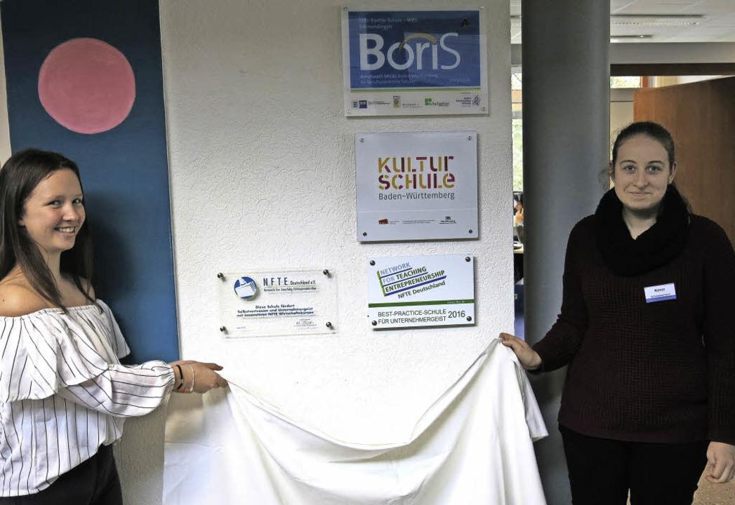 Noel Kuner und Katrin Fix enthüllen die neuen Ehrentafeln  | Foto: Georg Voß