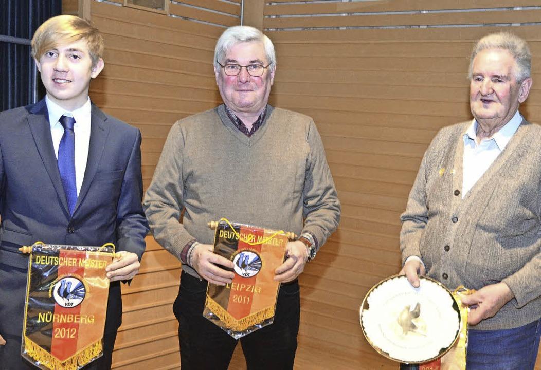Die  Kleintierzüchter  Christian Maier...hter (von links) wurden ausgezeichnet.  | Foto: Manfred Frietsch