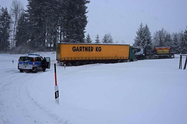 Starker Schneefall im Hochschwarzwald - Lkw rutscht von der Straße