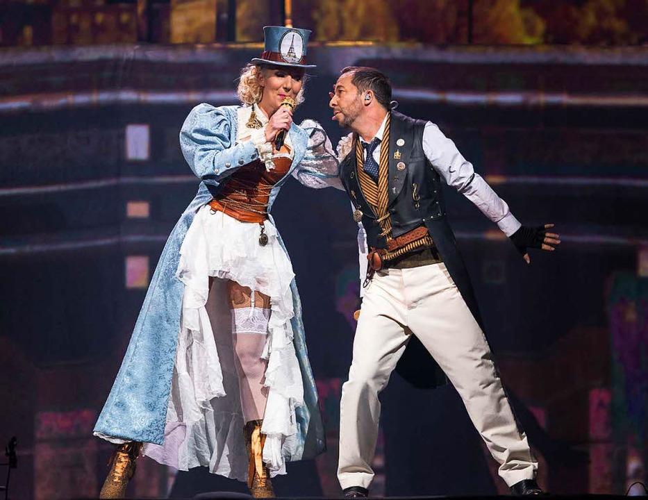 Der Schweizer Musiker DJ Bobo  in Rust...e mit seiner Frau Nancy auf der Bühne.    Foto: dpa