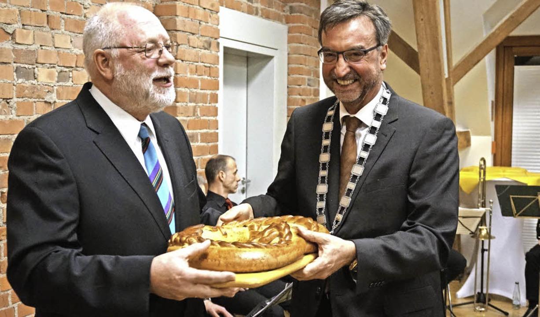 Trennt sich nur ungern von der Brezel:... (links) mit Bürgermeister Walter Laub  | Foto: Julius Wilhelm Steckmeister