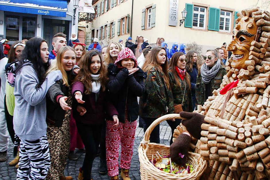 Buntes Treiben in der Lahrer Innenstadt: Beim Umzug der Laubenhexen waren mehr als 100 Zünfte und zahlreiche Zuschauer dabei. (Foto: Heidi Foessel)