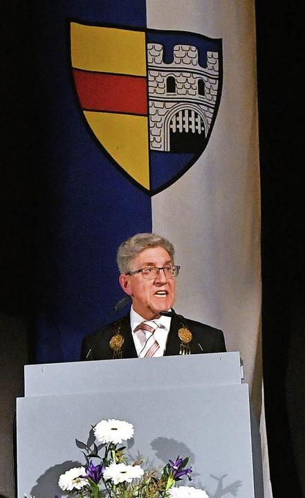 """Das offene Stadttor leben&#8220...fgang G. Müller vor dem Lahrer Wappen.    Foto: Wolfgang Künstle"