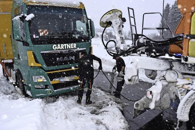 Streufahrzeug zieht Brummi aus dem Graben